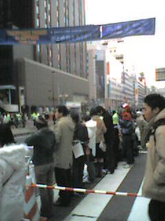 パレードを待つ人々。